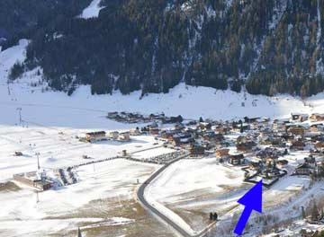 Lage des Hauses (Pfeil) zur Talstation (links)