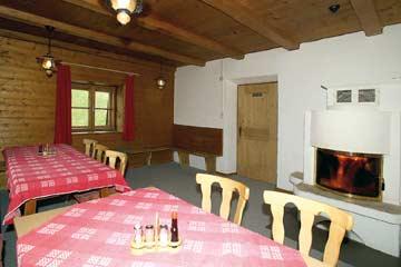 Hüttestube mit Kaminofen in der Skihütte Hochoetz