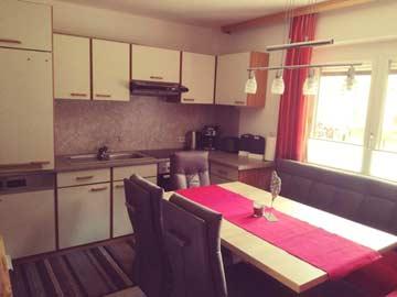 Wohküche mit großem Esstisch