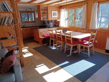Wohn- / Esszimmer im Ferienhaus im Engadin