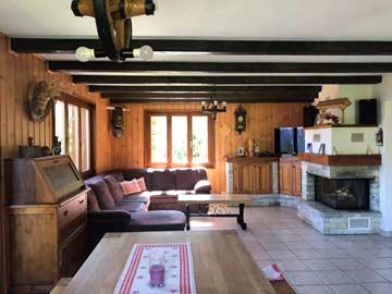 Gemütliches Wohnzimmer mit offenem Kamin