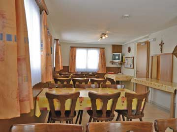 Ferienhaus Saas Grund: von der Küche gibt es eine Durchreiche in den Speiseraum